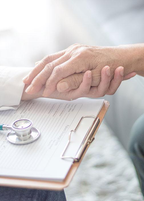 main d'un médecin qui tient celle d'un patient