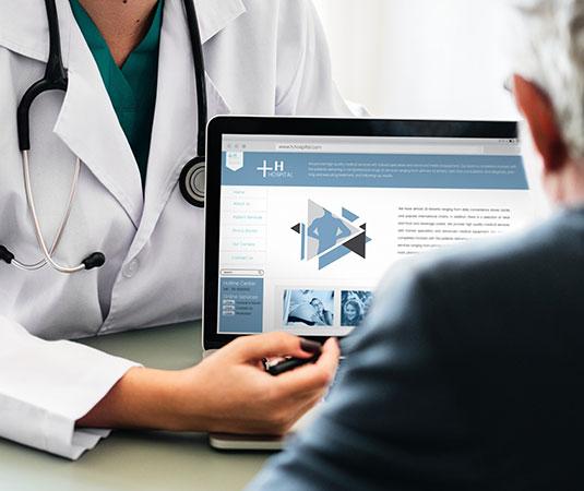 Femme médecin qui donne des informations à un patient sur un site Web
